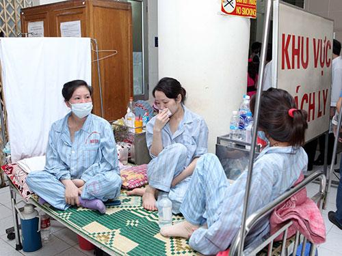 Bệnh nhân sởi đang được điều trị tại BV Bệnh nhiệt đới trung ương Ảnh: NGỌC DUNG