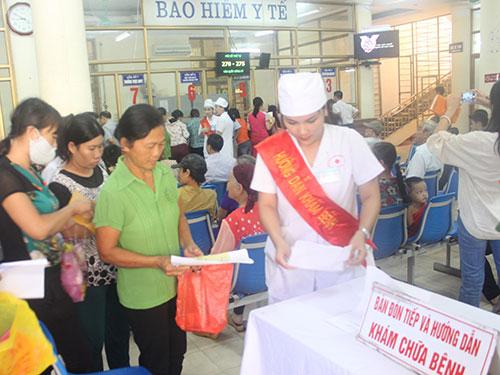 Đón tiếp, hướng dẫn người bệnh tại Khoa Khám bệnh BV Đa khoa tỉnh Quảng Ninh