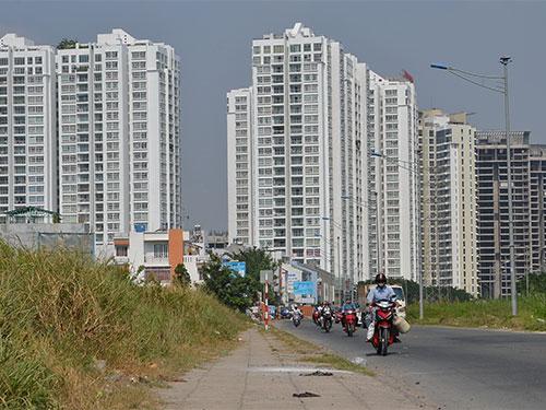 Các dự án căn hộ hạng trung bình vẫn được nhiều người quan tâm. Trong ảnh: Một dự án địa ốc trên đường Nguyễn Hữu Thọ, huyện Nhà Bè, TP HCM Ảnh: TẤN THẠNH