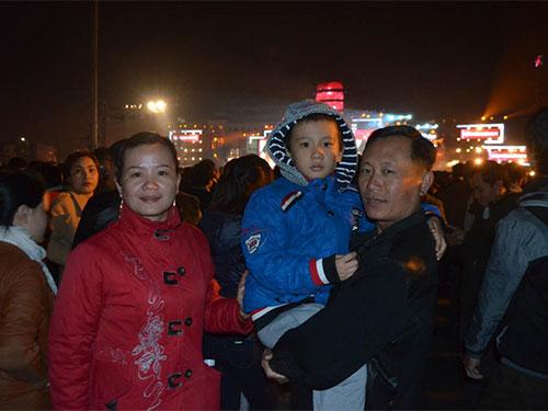 """Người dân và du khách xem lễ hội """"Tôi yêu Đà Nẵng- Chào mừng năm mới 2014"""", diễn ra tại Quảng trường 29/3, đường 2 Tháng 9 (TP Đà Nẵng), với nhiều hoạt động hấp dẫn"""