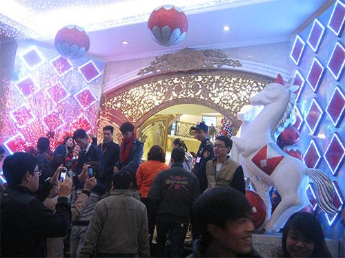 Giới trẻ thủ đô chụp hình trước Trung tâm Thương mại Tràng Tiền (quận Hoàn Kiếm). Trung tâm này sau thời gian dài đóng cửa đã hoạt động trở lại và trở thành một trong những trung tâm sầm uất của Hà Nội