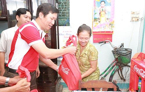 """Cô Trần Thị Mai Dung, quận Thủ Đức,  TP HCM rất vui khi nhận quà từ chương trình """"vui Tết cùng Coca-cola"""""""