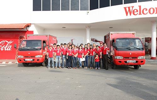 """""""Vui Tết cùng Coca-Cola"""" đã bước sang năm thứ 8 và ngày 11-1-2014, những chuyến xe màu đỏ chính thức ra quân, mang niềm vui đến với những người dân thiếu điều kiện trong Tết Giáp Ngọ này"""
