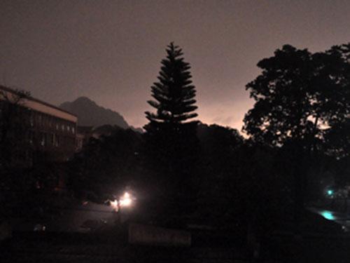 Trời bỗng tối sầm vào lúc 9 giờ 5 phút ngày 3-4 ở TP Hạ Long Ảnh: QNO