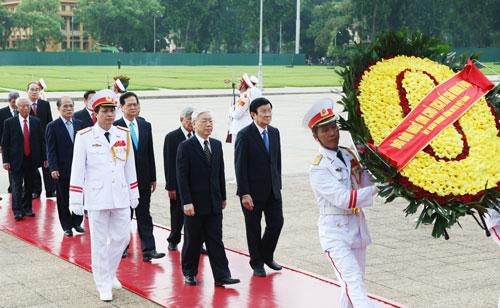 Đoàn đại biểu Ban Chấp hành Trung ương Đảng, Chủ tịch nước, Quốc hội, Chính phủ, Ủy ban Trung ương MTTQ Việt Nam vào Lăng viếng Chủ tịch Hồ Chí Minh  Ảnh: TTXVN