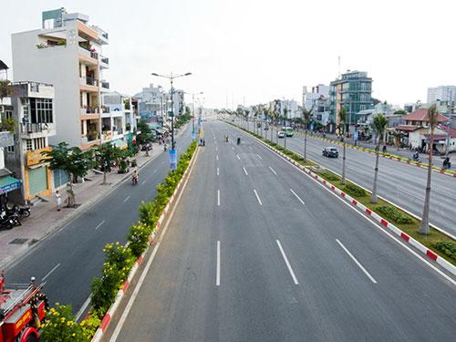 Đường Phạm Văn Đồng được xem là đường nội đô đẹp nhất TP HCM