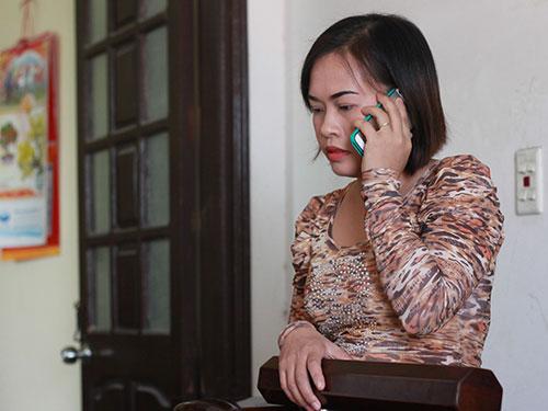 Chị Trịnh Thị Mai Hương nghe thông báo từ cuộc gọi của chồng - thuyền trưởng Nguyễn Quyết Thắng
