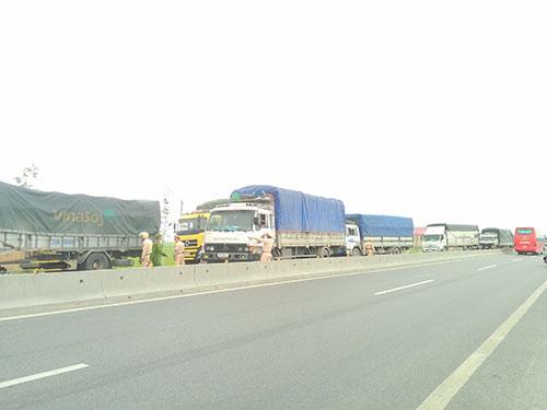 Đoàn xe tải liều lĩnh vượt Trạm cân Hồng Lĩnh vào trưa 6-5 trước sự bất lực của lực lượng chức năng