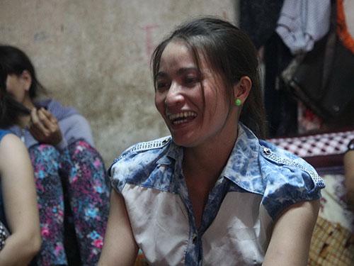 Chị Huỳnh Thị Ánh Hồng vui vẻ kể về việc tìm thấy số tiền lớn
