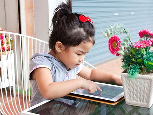 Trẻ em có thể bị giảm thị lực hoặc mê chơi game nếu tiếp xúc nhiều với máy tính bảng. Ảnh: CHÁNH TRUNG