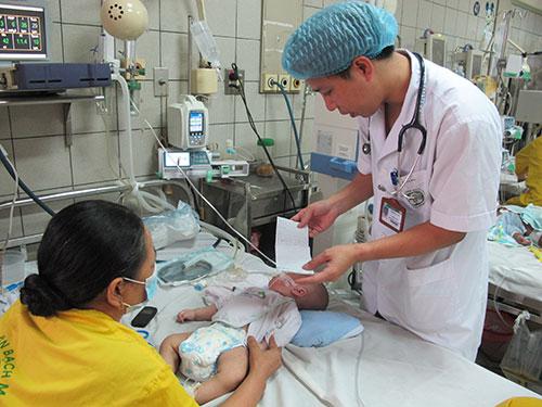 Bệnh nhi sởi biến chứng nặng đang điều trị tại BV Bạch MaiẢnh: NGỌC DUNG