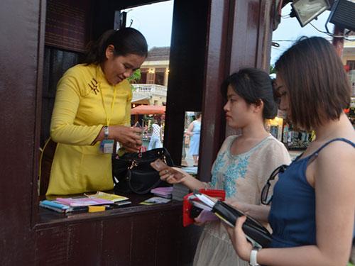 Du khách mua vé tham quan phố cổ Hội An