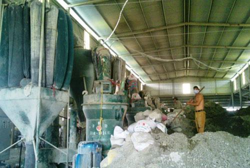 Công nhân Công ty TNHH Hoàng Ngân làm việc trong môi trường độc hại nhưng thiếu bảo hộ lao động cần thiết Ảnh: TUẤN MINH