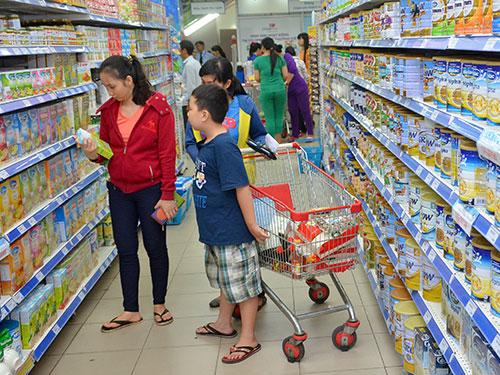 Chưa có doanh nghiệp nào đăng ký giảm giá sữa dù giá nguyên liệu liên tục giảm Ảnh: Tấn Thạnh