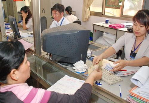 Công chức là đối tượng được Chính phủ đề xuất tăng lương. Trong ảnh: Nhân viên UBND quận Tân Bình, TP HCM giải quyết thủ tục hành chính cho người dân Ảnh: TẤN THẠNH