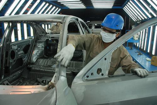 Lắp ráp ô tô ở nhà máy của Công ty Ford Việt Nam - thương hiệu đang hướng sang Thái Lan, Philippines Ảnh: TẤN THẠNH