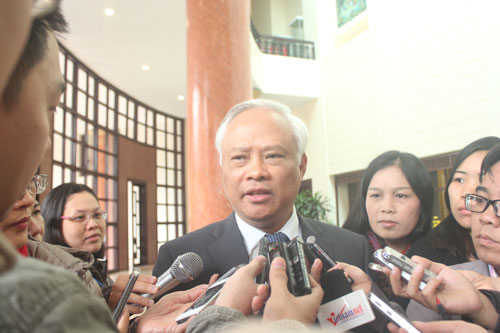 Phóng viên báo chí phỏng vấn Phó Chủ tịch Quốc hội Uông Chu Lưu bên hành lang Quốc hội. Ảnh: ĐỖ DU