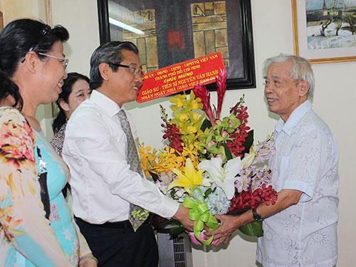 GS-TS Nguyễn Văn Hạnh (phải) nhận quà tặng của lãnh đạo TP HCM Ảnh: Đặng Trinh