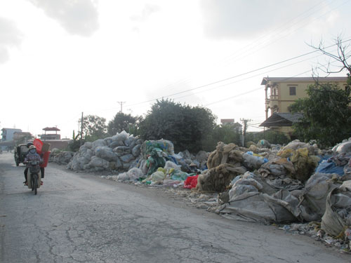 Sau khi phá dỡ để thu gom chì, vỏ bình ắc-quy cũ chất đống khắp nơi ở làng nghề Đông Mai Ảnh: VĂN DUẨN