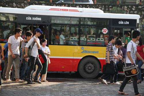 Mật độ hành khách trên các tuyến xe buýt ở Hà Nội thường rất đông Ảnh: THÙY DƯƠNG