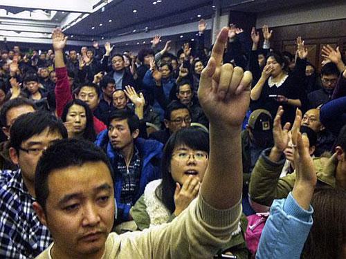 Người thân của các hành khách đặt câu hỏi tại cuộc họp với đại diện chính phủ Malaysia ở Bắc Kinh - Trung Quốc hôm 12-3  Ảnh: REUTERS
