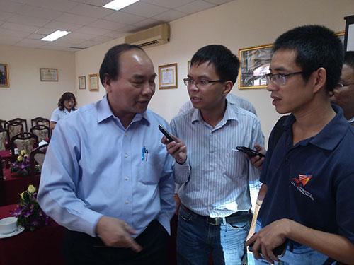 Phó Thủ tướng Nguyễn Xuân Phúc trao đổi với các phóng viên bên lề buổi làm việc Ảnh: TUẤN NGUYỄN