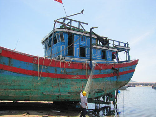 Tàu cá ĐNa 90152 bị thiệt hại nặng sau khi bị tàu Trung Quốc đâm chìm Ảnh: HOÀNG DŨNG