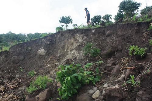 Nhiều khu vực xung quanh hồ thủy điện Đồng Nai 2 bị nứt và trượt đất tạo thành hố sâu