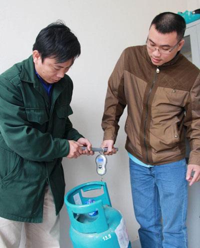 Bình gas được cho là 13,5 kg của Công ty Gas Bình Minh khi cân chỉ còn 11,2 kg