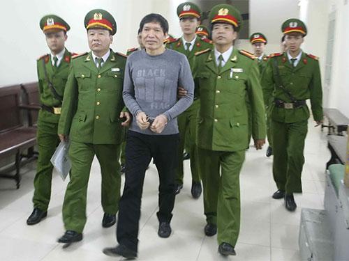 Dương Tự Trọng bị dẫn giải về nơi giam giữ sau phiên tòa. (Ảnh chụp qua màn hình)