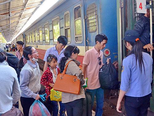 """Ngành đường sắt chỉ """"đắt khách"""" vào dịp Tết, riêng Tết năm nay thì thừa vé. Trong ảnh: Hành khách lên tàu tại ga Sài Gòn ngày 27-1Ảnh: Tấn Thạnh"""