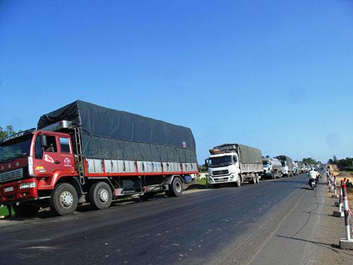 Hàng đoàn xe quá tải né trạm ở 2 đầu trạm cân ở xã An Mỹ, huyện Tuy An, tỉnh Phú Yên Ảnh: HỒNG ÁNH