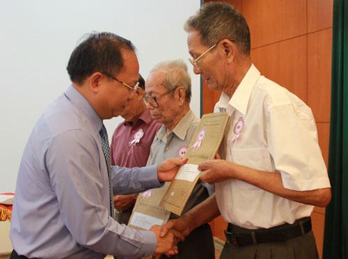 Phó Chủ tịch UBND TP HCM Tất Thành Cang trao trả hồ sơ cho các cán bộ đi B