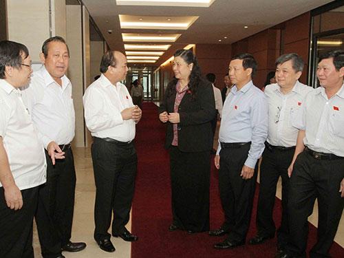 Các đại biểu Quốc hội trao đổi trong giờ giải lao Ảnh: TTXVN