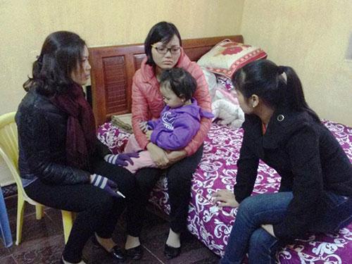 Chị Bùi Thị Huyền (ngồi giữa) đau đớn trước tin chồng mất