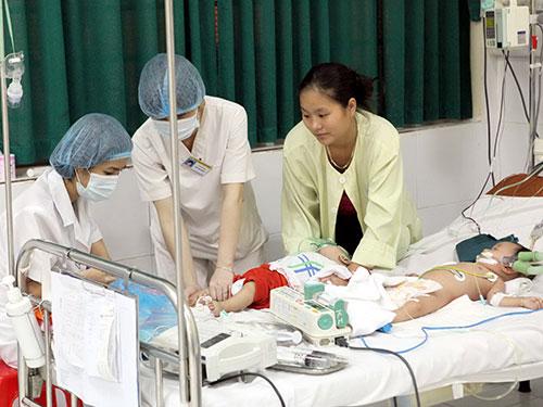 Bệnh nhân cấp cứu do sởi phải nằm ghép để điều trị tại Bệnh viện Nhi Trung ương