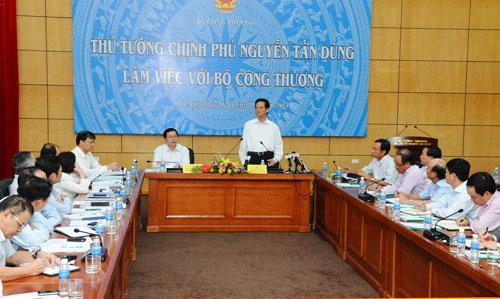 Thủ tướng Nguyễn Tấn Dũng yêu cầu Bộ Công Thương cần ban hành chính sách cụ thể để đẩy mạnh tái cơ cấu toàn ngành Ảnh: DƯƠNG DŨNG