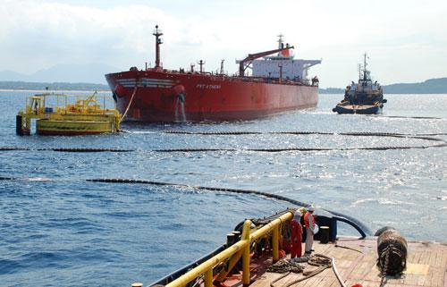 Tàu trọng tải lớn bơm dầu thô qua đường ống ngầm cho Nhà máy Lọc dầu Dung Quất  Ảnh: TỬ TRỰC