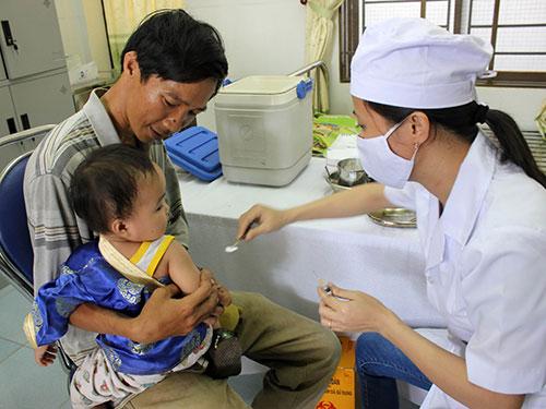 Tiêm phòng bệnh sởi cho trẻ tại tỉnh Quảng Ngãi Ảnh: Tử Trực