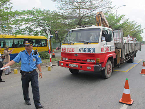 Thanh tra giao thông TP HCM làm nhiệm vụ trên đại lộ Nguyễn Văn Linh Ảnh: Thu Hồng