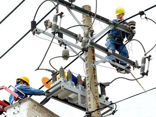Hiện lượng điện bị thất thoát vẫn còn khá cao. Trong ảnh: Cải tạo lưới điện trên đường Lê Văn Sỹ (TP HCM) Ảnh: TẤN THẠNH