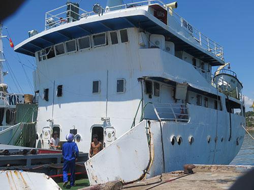 Cán bộ Cục Kiểm ngư kiểm tra thiệt hại của tàu KN 629 do bị tàu Trung Quốc tấn công  (Ảnh do Cục Kiểm ngư cung cấp)