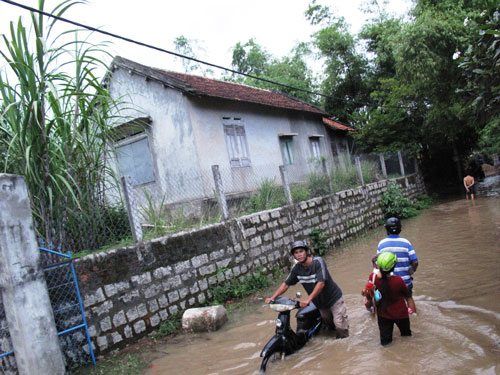 Người dân Phú Yên chạy lũ trong mùa mưa bão năm 2013