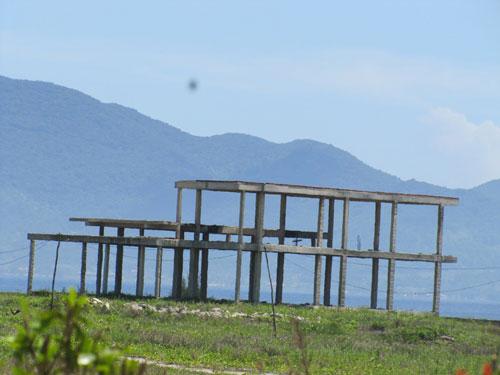 Những bộ khung nhà bê-tông trơ xương cùng mưa nắng tại dự án Anvie Resort & Residences