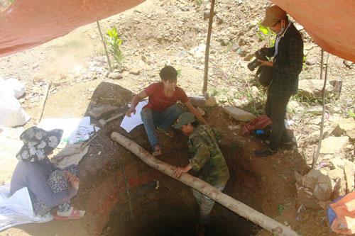 Để tìm quặng vàng, nhiều người phải đào giếng rất sâu