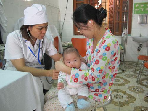 Khám sàng lọc và tư vấn cho phụ huynh trước khi tiêm chủng ở Hà Nội