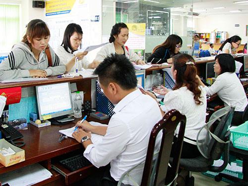 Làm thủ tục BHXH tại TP HCM Ảnh: Hoàng Triều