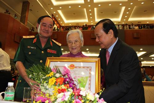 Ông Lê Thanh Hải (bìa phải) - Ủy viên Bộ Chính trị, Bí thư Thành ủy TP HCM - trao tặng danh hiệu Mẹ Việt Nam anh hùng cho các mẹ vào chiều 26-7 Ảnh: PHAN ANH