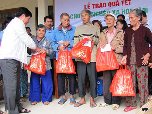 Tặng quà Tết cho các hộ nghèo ở xã Hòa Tâm, huyện Đông Hòa, tỉnh Phú Yên Ảnh: HỒNG ÁNH