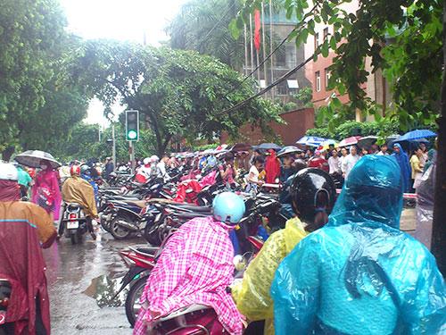 Dù trời mưa nhưng vẫn có hàng trăm người xếp hàng nộp hồ sơ thi tuyển công chức tại Cục Thuế Hà Nội